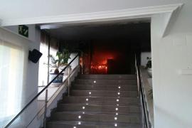 Un incendio destruye la recepción de un hotel que estaba cerrado en Peguera
