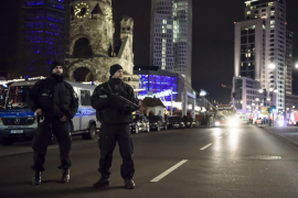 La policía berlinesa corta una de las calles cercanas a la céntrica Breitscheidplatzl tras hallar un objeto sospechoso