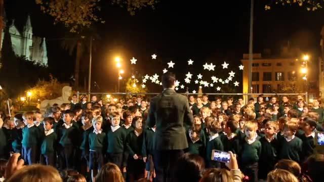Los alumnos del colegio Llaüt cantan a la Navidad