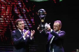 El Chapecoense recibe el trofeo como campeón de la Copa Sudamericana