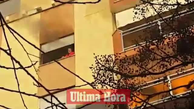 Los bomberos extinguen un incendio en un piso de la calle Niceto Alcalá Zamora