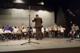 La Escuela de Música entrega a Cort material escolar solidario