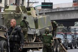 Espectacular ataque blindado en una favela de Río
