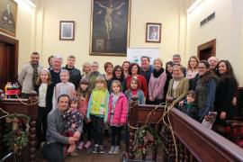 El Ajuntament de Alcúdia recibe a las familias de acogida de niños de Ucrania y Bielorrusia