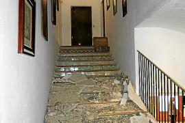 La humedad provocada por las lluvias causa la caída del falso techo de la rectoría de Porreres
