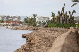 Los temporales han dejado una decena de barcos varados en la playa de Talamanca