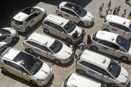 Un auto ordena a Cort impedir la parada de taxis en la calle Mirador