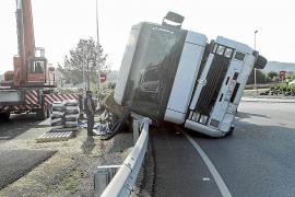 Cuatro horas para retirar un camión volcado en la carretera de Sant Joan
