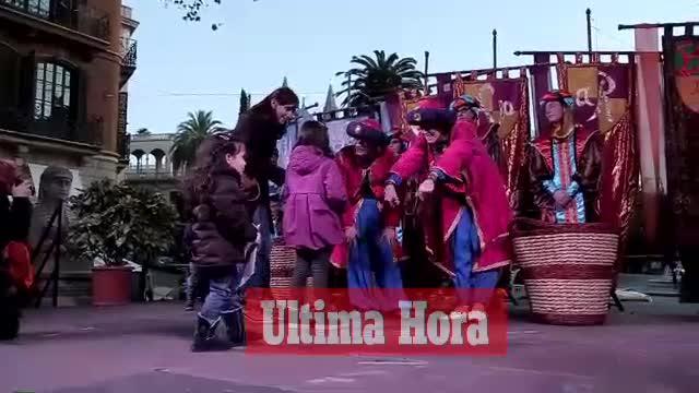 Los niños entregan en el Born sus peticiones de regalos a los pajes de los Reyes Magos