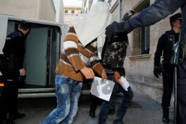El juez ordena la expulsión de nueve de los diez inmigrantes que llegaron a Cala Pi en patera