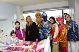 Los Reyes Magos visitan los hospitales de Inca y Son Llàtzer
