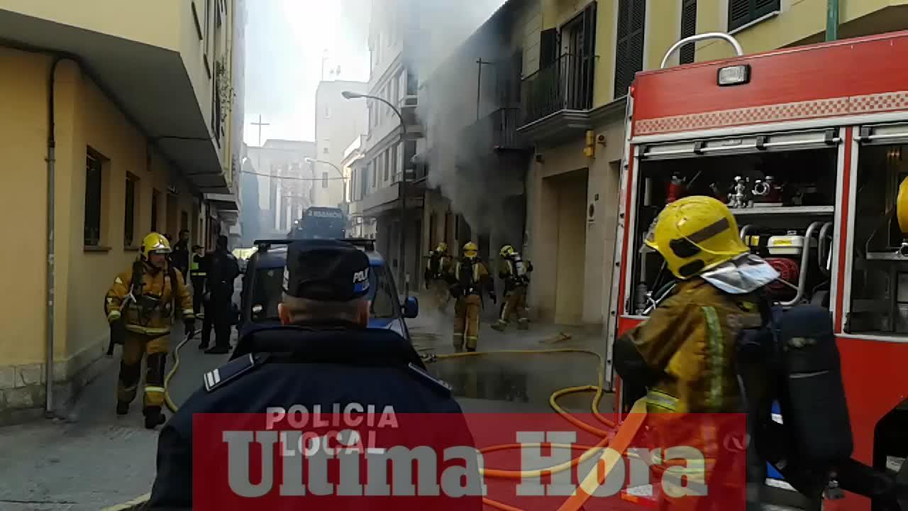 Un espectacular incendio destruye un garaje de Palma