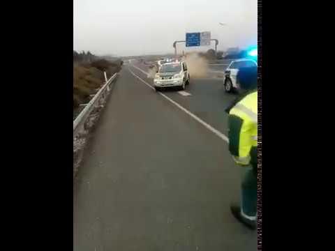 Choca contra la Guardia Civil tras conducir unos 40 kilómetros en sentido contrario