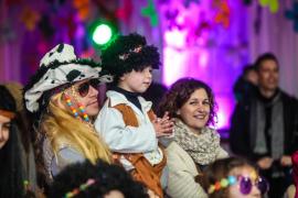 El espíritu 'hippy' atrae a los niños y adolescentes de Sant Antoni