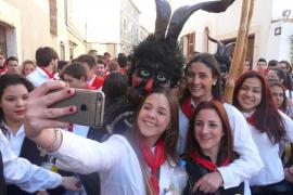 Artà se tiñe de rojo y blanco en la celebración de Sant Antoni 2017