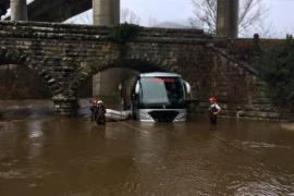 Rescatan a 19 niños de un autobús atrapado por la crecida de un río en Álava