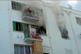 Rescatan a tres niños de un incendio en un piso en la barriada de Son Gotleu
