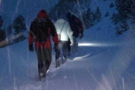 Rescatan a una familia atrapada en su coche por la nieve
