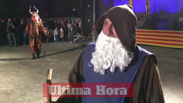 El fuego purificador de los 'dimonis' abre la 'revetlla' de Sant Antoni en Muro