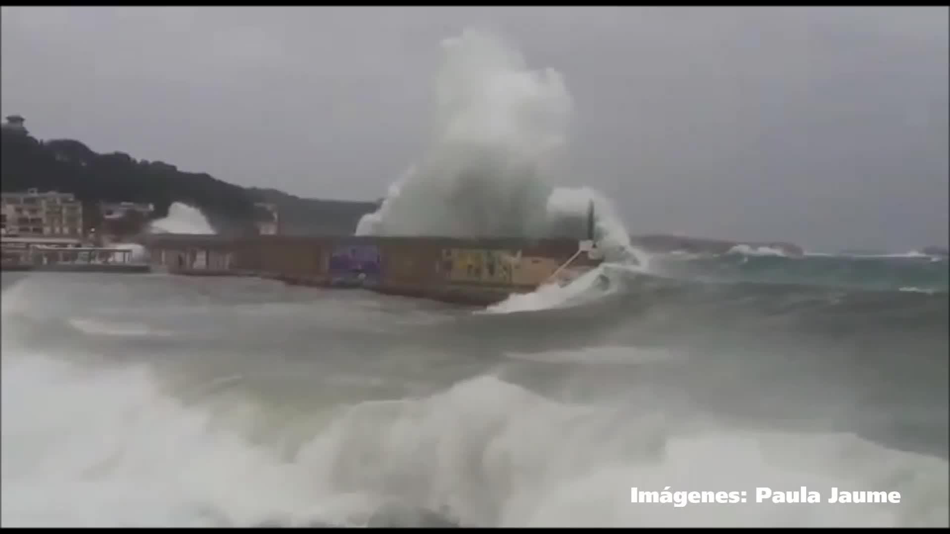 El temporal destroza parte del dique de Cala Rajada