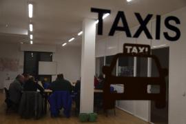 Los taxistas inician su ofensiva contra el Govern por los autobuses del aeropuerto