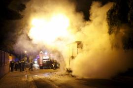 Un incendio calcina de madrugada una atracción de feria en el Polígon de Llevant