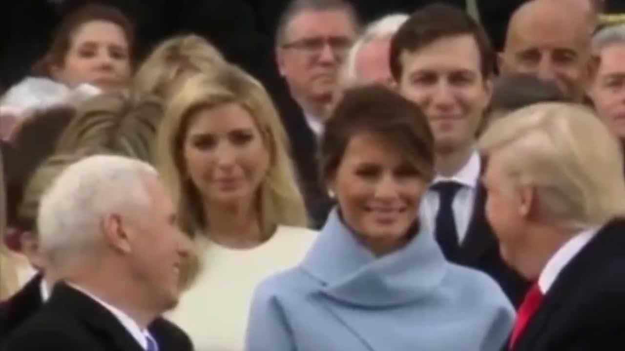 La forzada sonrisa de Melania ante la mirada de Donald Trump