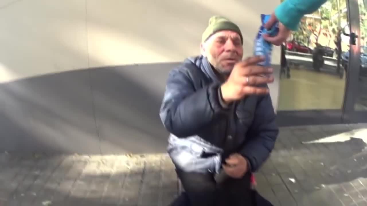 Denuncian a un 'youtuber' por humillar a un 'sin techo' dándole galletas con pasta de dientes