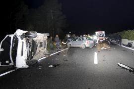 Un conductor circula varios kilómetros en dirección contraria y choca contra tres coches en Algaida