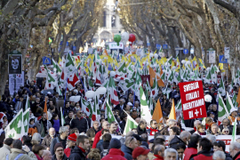 Gran manifestación en Roma contra Berlusconi en vísperas de la moción de censura