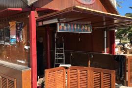 Empiezan los trabajos para retirar el quiosco de Gelats Valls en el Port de Pollença