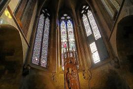 Un taller de Barcelona restaura los vitrales de la cabecera de la Seu