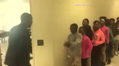 El profesor viral que saluda de forma personalizada a cada alumno