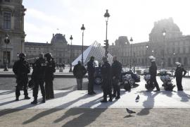 Un soldado francés dispara a un hombre armado con un cuchillo en el Louvre