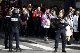 Temor e incertidumbre entre los visitantes atrapados por el ataque en el Louvre de París
