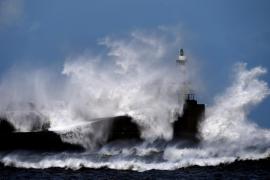 Rescatan a los 12 tripulantes de un pesquero gallego hundido frente a Navia