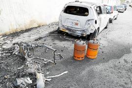 Un incendio destroza de madrugada tres vehículos aparcados en Sant Agustí