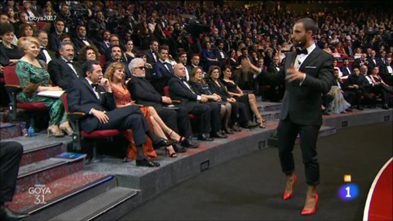 Dani Rovira conduce la gala de los Goya con humor blanco «roto» y zapatos de mujer