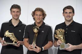Müller, Forlán y Casillas recogen el Balón, el Guante y la Bota de Oro