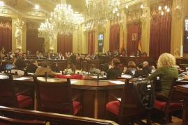 El Parlament rechaza dejar sin efecto la repartición de fondos del impuesto turístico