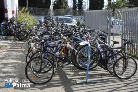 La Policía Local entrega 218 bicicletas a dos entidades sociales