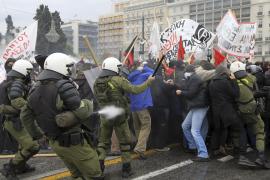 Fuego, violencia y gases lacrimógenos en una masiva manifestación en Atenas