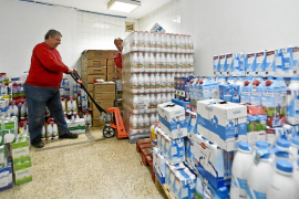 Cruz Roja recibe en tres días 3.500 litros de leche y triplica la cantidad solicitada