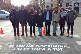 Diez pasos de peatones con lemas para 'pisar el estigma' del Sida