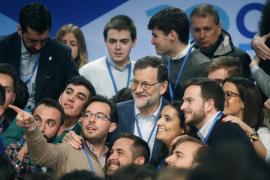 Rajoy pide a los jóvenes hablar bien de España y de Europa «ante la moda de resaltar lo negativo»