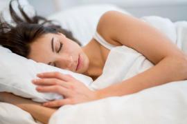 Dos de cada tres españoles cree que deberían dormir entre una y tres horas más al día