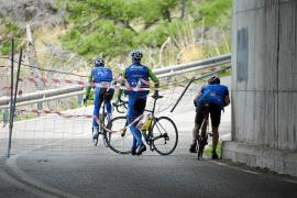 Ciclistas ponen en peligro su vida al saltarse el precinto del túnel de Estellencs