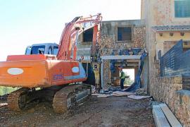 Inician la demolición de uno de los polémicos adosados de ses Olleries en Santa Eugènia