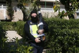 Incautan un subfusil, rifles y catanas en casa de la española que quería viajar a Siria