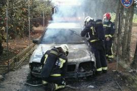 Un coche arde súbitamente en Muro